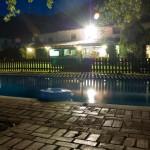 casa desde piscina de noche